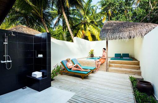 Jacuzzi Beach Villa, Halboffenes Badezimmer, Jacuzzi, Daybed, Meeru Island Resort