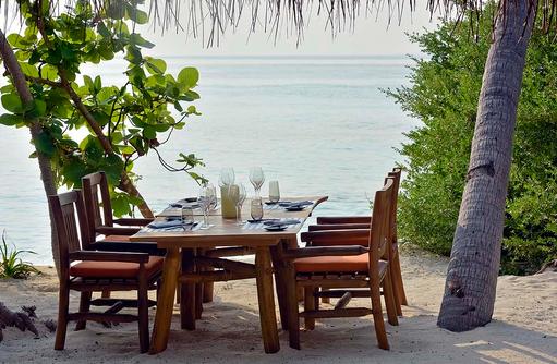 The Shorline Grill Restaurant, Dinner unter Palmen, Milaidhoo Island, Maledives