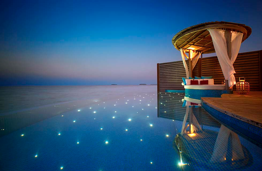 Water Pool Villa, Infinity Pool bei Nacht, Milaidhoo Island, Maledives