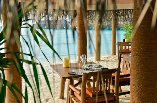 The Shoreline Grill Restaurant, Tisch im Sand am Strand, Milaidhoo Island, Maledives