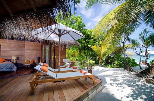 Beach Villa, Sonnenterrasse, Liegestühle, direkte Strandlange, Mirihi Island Resort, Malediven