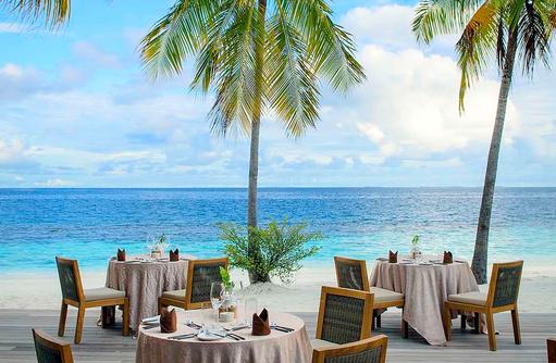 Restaurant Dhonveli, Buffetrestaurant, gedeckter Tisch, Mirihi Island Resort, Malediven