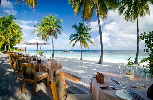 Restaurant Dhonveli, Buffetrestaurant, Terrasse direkt am Strand, Mirihi Island Resort, Malediven