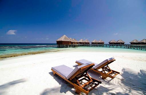 Liegestühle am Strand vor den Water Villen, Mirihi Island Resort, Malediven