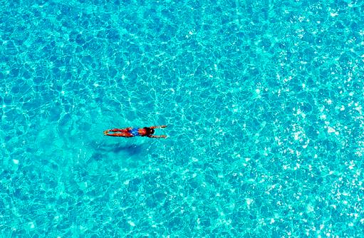 Schwimmerin im Pool, Mövenpick Resort & Spa Kuredhivaru