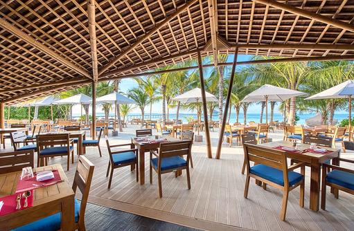 Restaurant, Tische im freien, Mövenpick Resort & Spa Kuredhivaru
