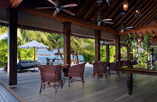 Blick auf den Strand vom The Living Room, Naladhu Private Island Maldives
