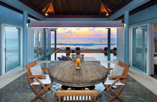 Tisch in der Residence bei Sonnenuntergang, Naladhu Private Island Maldives