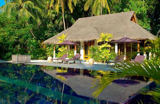 Hauptpool und Fitnesscenter, Naladhu Private Island Maldives