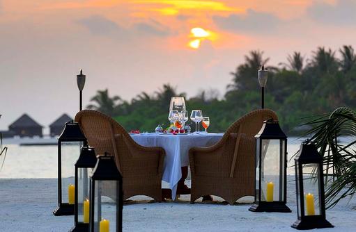 Abendessen bei Sonnenuntergang, Naladhu Private Island Maldives