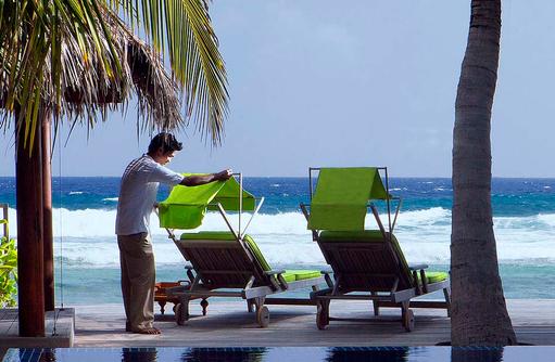 Liegen am Pool mit Ausblick auf das Meer, Naladhu Private Island Maldives