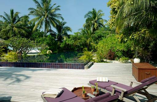 Relaxen am Pool, Naladhu Private Island Maldives