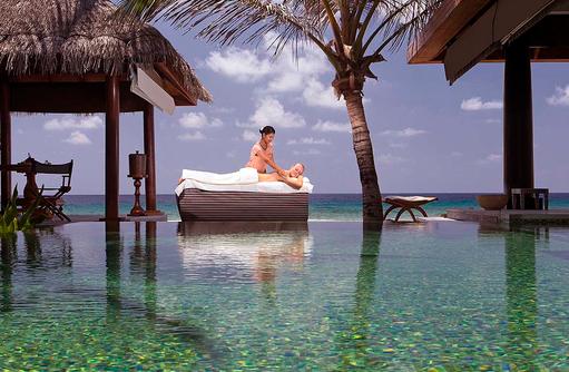 Massage am Pool, Naladhu Private Island Maldives