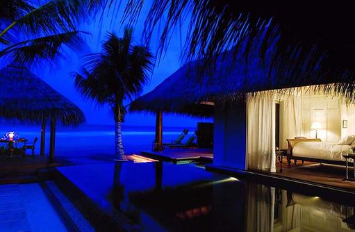 Ocean House bei Nacht, Naladhu Private Island Maldives