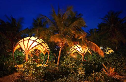 Tribal Restaurant, Garten bei Dunkelheit, Niyama Private Islands Maldives