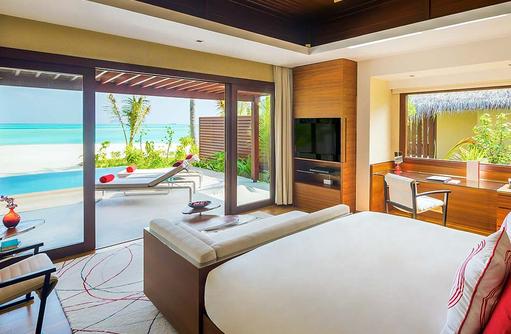 Family Beach Suite with Pool, Hauptschlafzimmer, Blick auf den Pool und das Meer, Niyama Private Islands Maldives