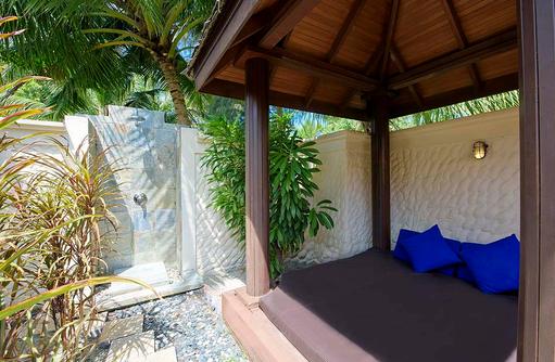 Beach Villa, privater Garten mit Daybed und Aussendusche, Olhuveli Beach & SPA Resort, Maldives