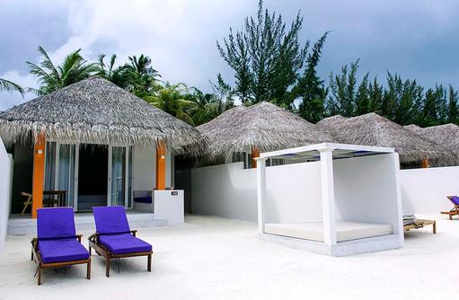 Grand Beach Villa, Aussenbereicht mit Daybed und Liegestühlen, Olhuveli Beach & SPA Resort, Maldives