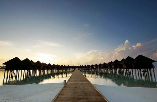 Blick am Abend auf den Steg und die Villen, Olhuveli Beach & SPA Resort