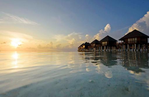 Blick auf das Wasser und die Wasserbungalows, Olhuveli Beach & SPA Resort