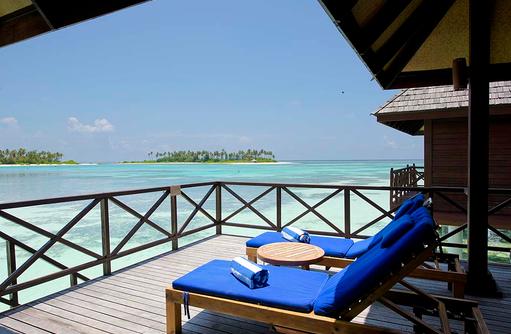 Deluxe Water Villa, Sonnenterrasse mit Liegestühlen, Olhuveli Beach & SPA Resort, Maldives