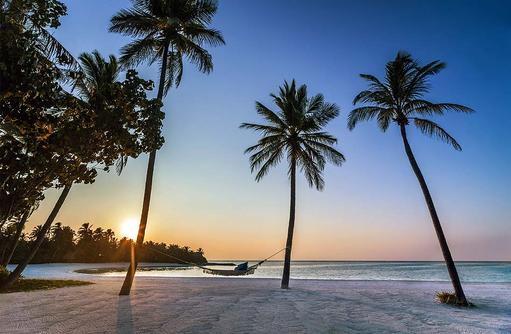 Beach Villa mit Pool, Hängematte im Sonnenuntergang, One & Only Reethi Rah, Maldives