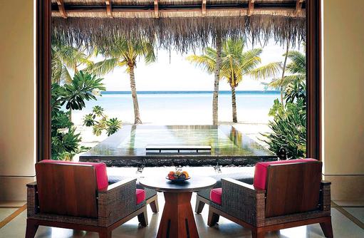 Beach Villa mit Pool, Blick auf den Pool und Strand, One & Only Reethi Rah, Maldives