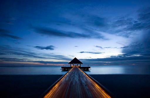 Ankunftssteg bei Nacht, Outrigger Konotta Maldives Resort