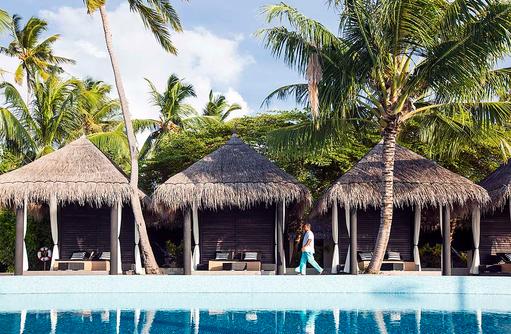 Pool mit Mitarbeiter, Outrigger Konotta Maldives Resort
