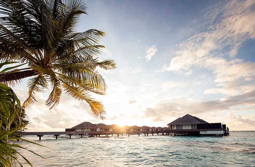 Wasservillen bei Sonnenuntergang, Outrigger Konotta Maldives Resort