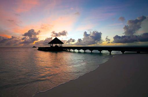 Ankunftssteg im Abendlicht, Outrigger Konotta Maldives Resort