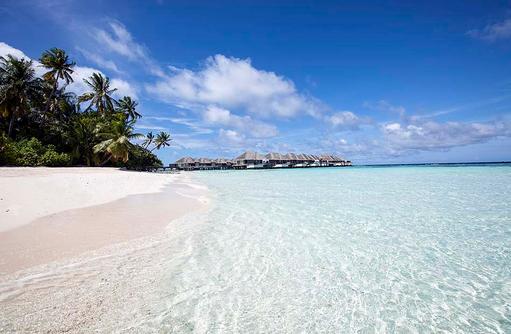 Panorama mit Strand und Wasservillen, Outrigger Konotta Maldives Resort