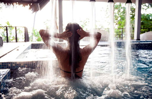 Navasana Spa, Wasserfalldusche im Pool, Outrigger Konotta Maldives Resort
