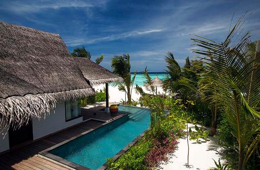 Außenbereich der Earth Family Suite mit Blick auf den Strand, OZEN by Atmosphere at Maadhoo, Maldives