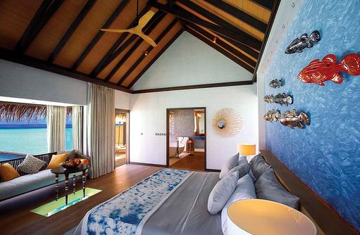 Schlafzimmer in der Wind Villa mit Pool, OZEN by Atmosphere at Maadhoo, Maldives