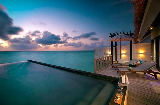 Terrasse mit Pool bei Abenddämmerung, Wind Villa mit Pool, OZEN by Atmosphere at Maadhoo, Maldives