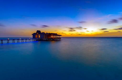Restaurant Traditions von aussen bei Nacht, OZEN by Atmosphere at Maadhoo, Maldives