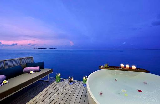 Jacuzzi im Spabereich bei Abenddämmerung, OZEN by Atmosphere at Maadhoo, Maldives