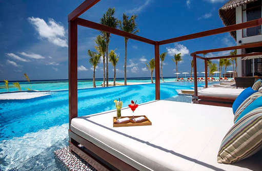 Joie de Vivre, Cabana mit Cocktail, Tagesbett I OZEN by Atmosphere at Maadhoo