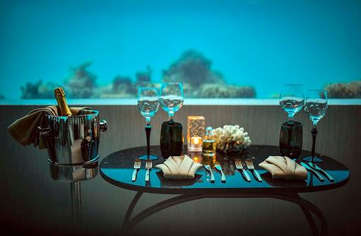 Blick auf die Unterwasserwelt beim Essen, OZEN by Atmosphere at Maadhoo, Maldives