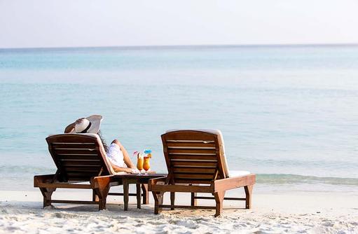 Cocktail am Strand, Liegestuhl aus Holz, bequeme Auflagen I Palm Beach Island