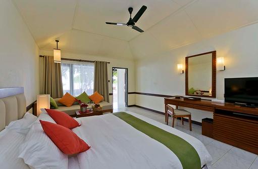 Superior Beach Bungalow, Schlafzimmer, Blick auf Terrasse, Paradise Island Resort & Spa, Maldives