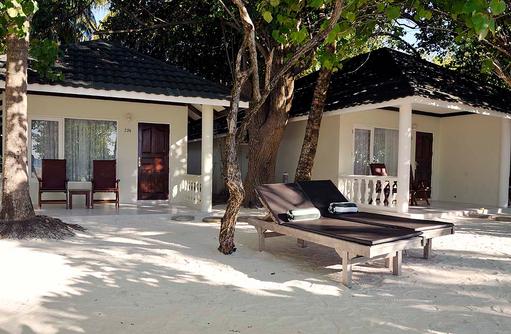 Superior Beach Bungalow von vorne, Strandzugang, Paradise Island Resort & Spa, Maldives