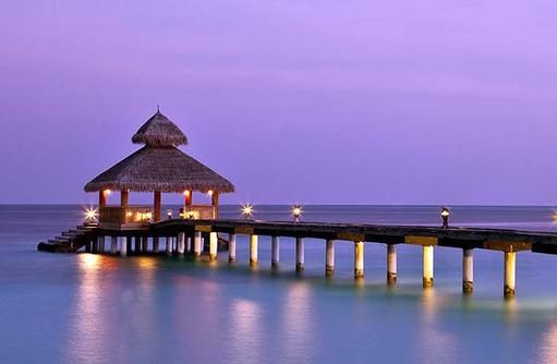 Ankunftssteg bei Nacht, Reethi Beach Resort, Malediven