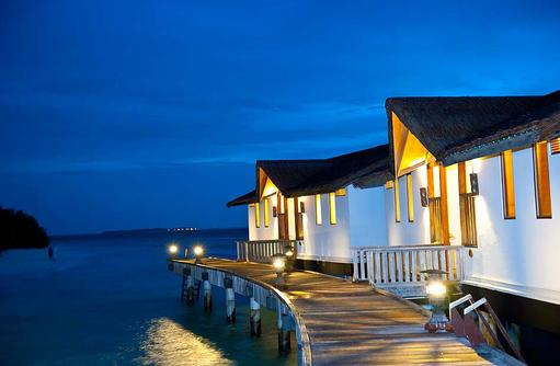 Steg zu den Wasservillen, Reethi Beach Resort, Malediven