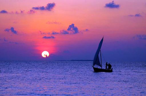 Dhoni im Sonnenuntergang, Reethi Beach Resort, Malediven