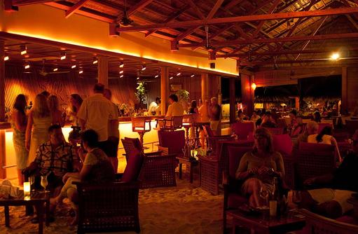 Rasgefaanu Bar am Abend, Reethi Beach Resort, Malediven