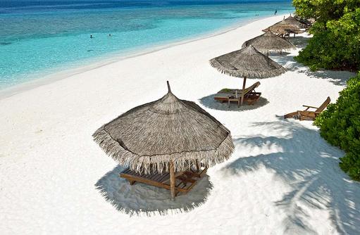 Liegestühle am Strand, Reethi Beach Resort, Malediven