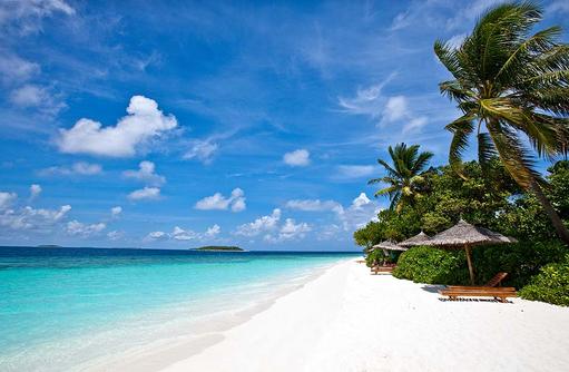 Traumstrand mit Liegestühlen, Reethi Beach Resort, Malediven