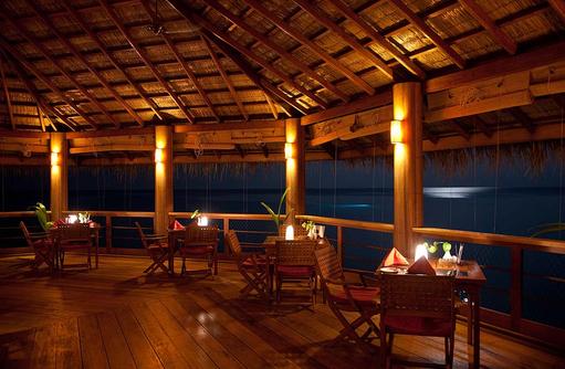Moodhu Bar & Restaurant am Abend, Reethi Beach Resort, Malediven